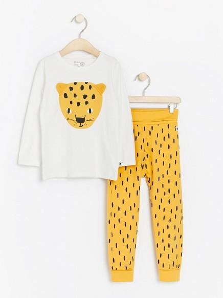 Setti, jossa leopardikuvioitu pusero ja kuvioidut housut Keltainen