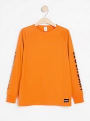 Langermet T-skjorte med trykk på ermene Oransje