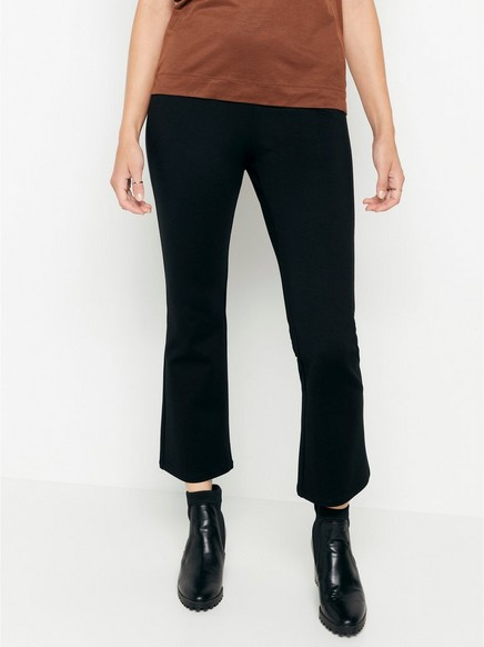 Mustat housut, joissa vajaamittaiset ja levenevät lahkeet Musta