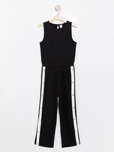 Svart, ermeløs jumpsuit med hvite sidestriper Svart