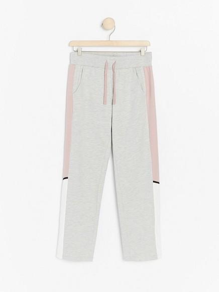 Grå, løs joggebukse med sidestriper i rosa og hvitt Grå