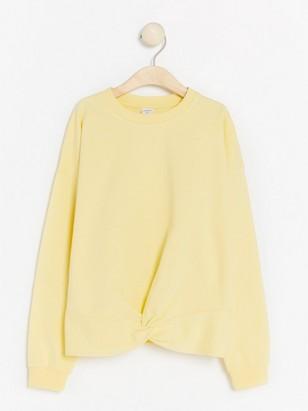 Ljusgul sweatshirt med vriden detalj Gul