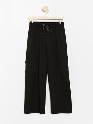Cropped wide black trousers with side pockets Black