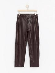 Bukse i kunstskinn med avkortede ben og høyt liv Rød