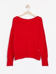 Stickad tröja med nedhasad axel Röd