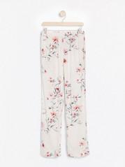 Hvit pyjamasbukse med blomstertrykk Hvit