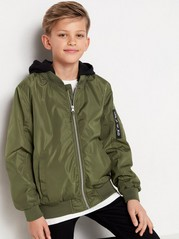 Vihreä bomber-takki, jossa musta trikoohuppu Vihreä