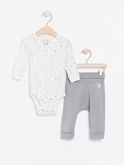 Sett med prikkete omslagsbody og grå bukse Hvit