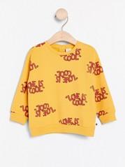Gul genser med teksttrykk Gul