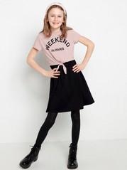 Musta trikoomekko, jossa vaaleanpunainen pusero Musta