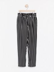 Stripet bukse i ledig passform med knytebelte Hvit