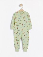 Vaaleanvihreä pyjama, jossa hyönteiskuvio Vihreä