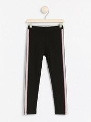 Mustat leggingsit, joissa kimaltavat sivuraidat Musta