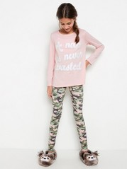 Pyjamasetti, jossa vaaleanpunainen pusero ja maastokuvioidut housut Vaaleanpunainen