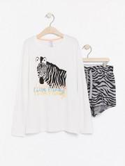 Pyjamasetti, jossa pitkähihainen pusero ja kuvioidut shortsit Valkoinen