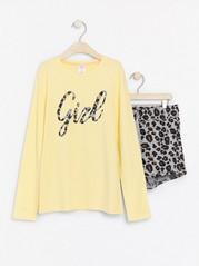 Pyjamasetti, jossa pitkähihainen pusero ja kuvioidut shortsit Keltainen