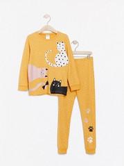 Keltainen pilkullinen pyjama, jossa kissapainatus Keltainen
