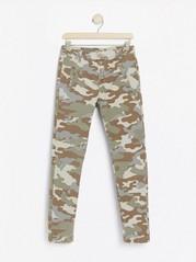 MAIA-bukse med avsmalnede ben og kamuflasjemønster Grønn
