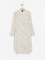 Ljusbeige klänning med prickigt mönster Beige