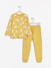 Setti, johon kuuluu pitkähihainen pusero ja collegehousut, joissa on pupuja Keltainen