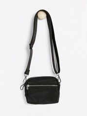 Liten svart väska med bred axelrem Svart