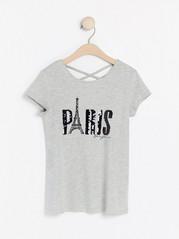 Harmaameleerattu pusero, jossa on Pariisi-aiheinen kuva käännettävistä paljeteista Harmaa