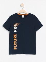Tummansininen t-paita, jossa jalkapallopainatus Sininen