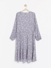 Mönstrad klänning med volang Lila