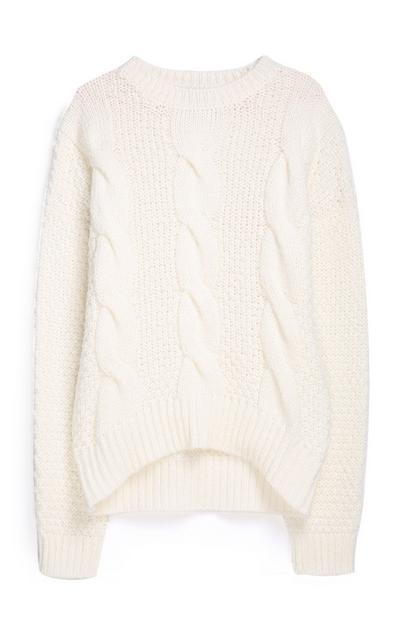 Cremefarbener Pullover mit Zopfmuster