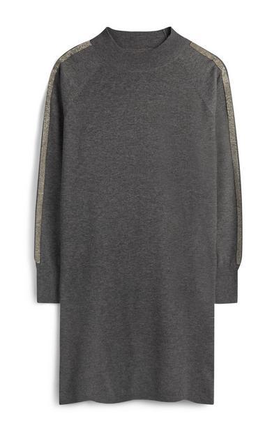 Graues Pulloverkleid mit Verzierung an Ärmeln