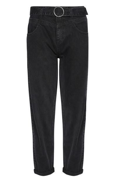 Schwarze Mom-Jeans mit Gürtel