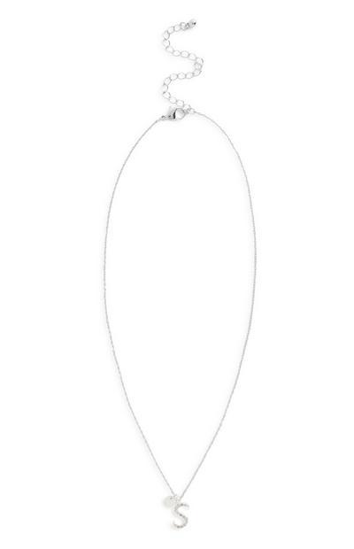 Halskette mit Ziersteinen und Initiale