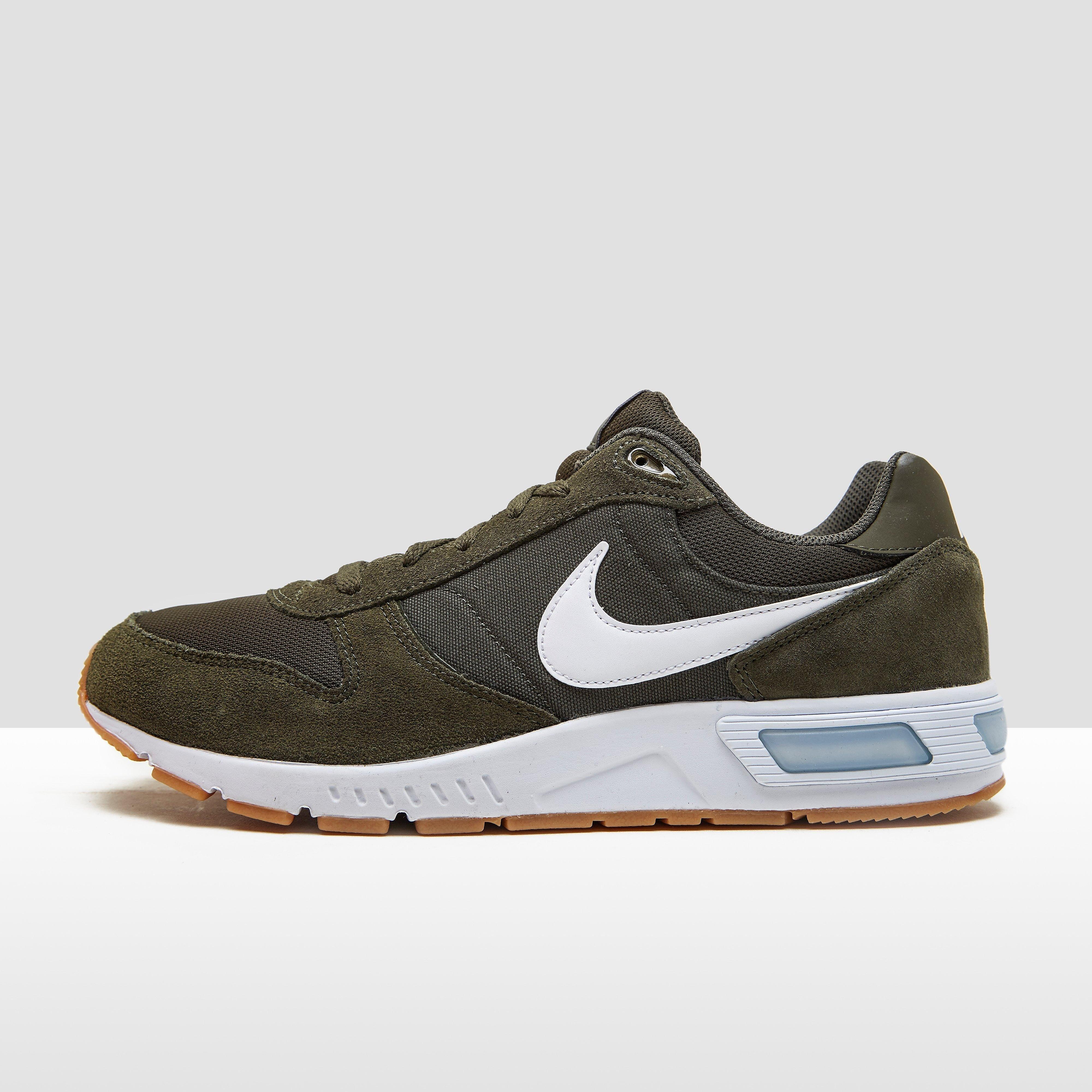 Nike NIGHTGAZER SNEAKERS GROEN HEREN