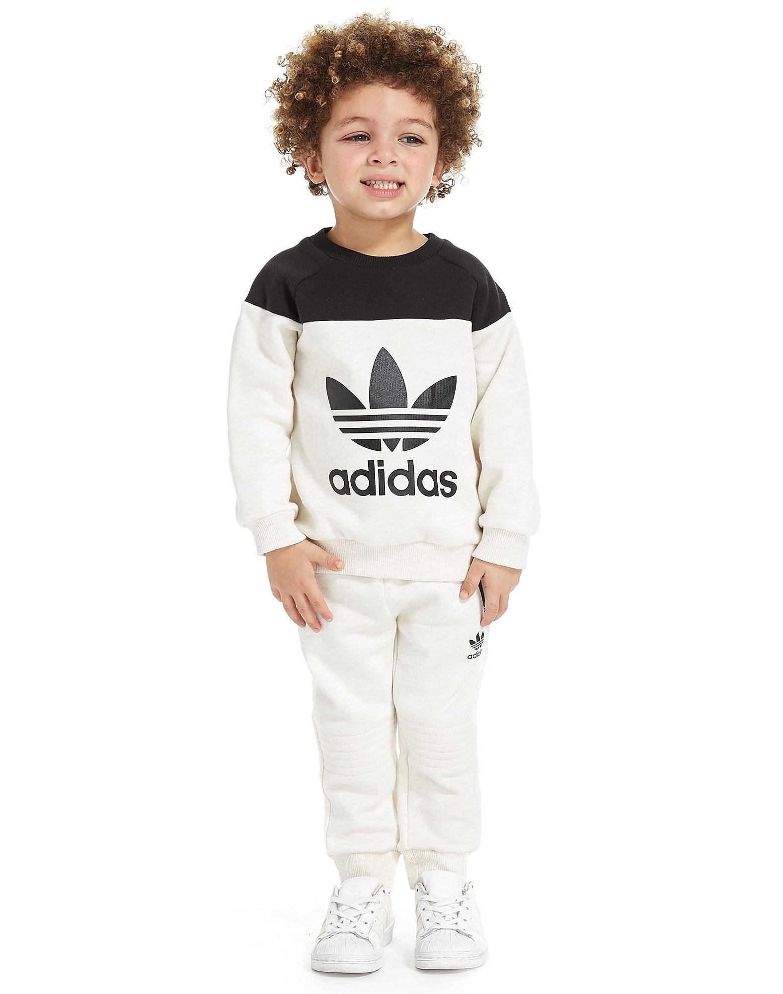 adidas Originals Trainingsanzug mit Rundhalsausschnitt und Kleeblatt-Logo für Kleinkinder