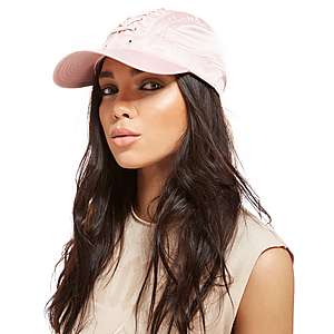 Petten & hoeden zijn er zoveel als er verschillende mensen zijn. Bij StyleLounge vind je een ruim aanbod aan petten & hoeden, voor vrouwen én mannen, in polyester of leer. Er zijn wollen of vilten hoeden, hoeden met pluimen of strooien hoeden.