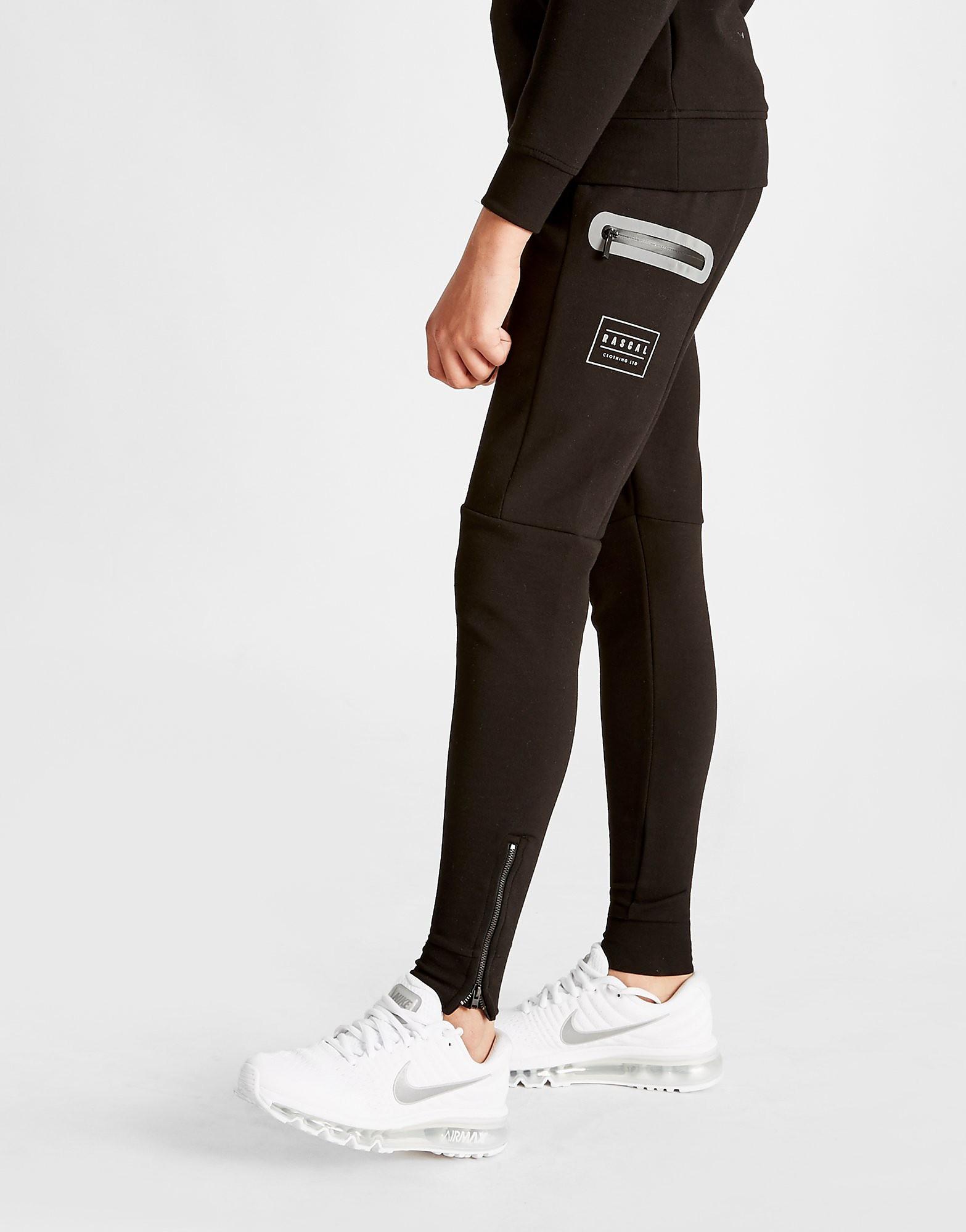 Rascal Dans un coloris noir élégant, le pantalon est fabriqué dans un mélange de polycoton durable pour un port ultra confortable. Le pantalon est doté de deux poches latérales zippées tandis que la taille élastiquée à la taille vous garantit un maintien sûr tout au long de la journée.