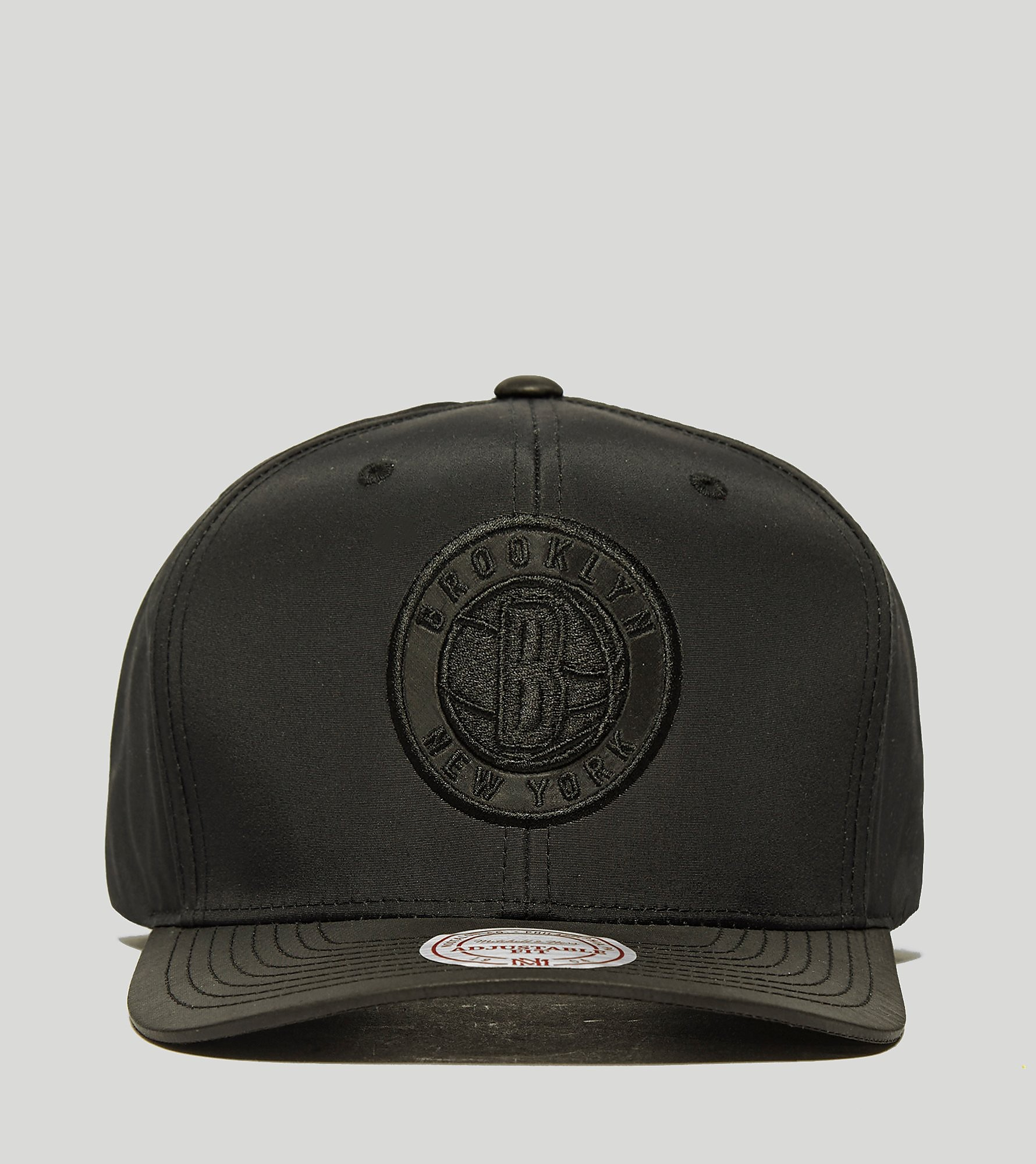 Mitchell & Ness Slick Curved Peak Cap - size? Exclusive