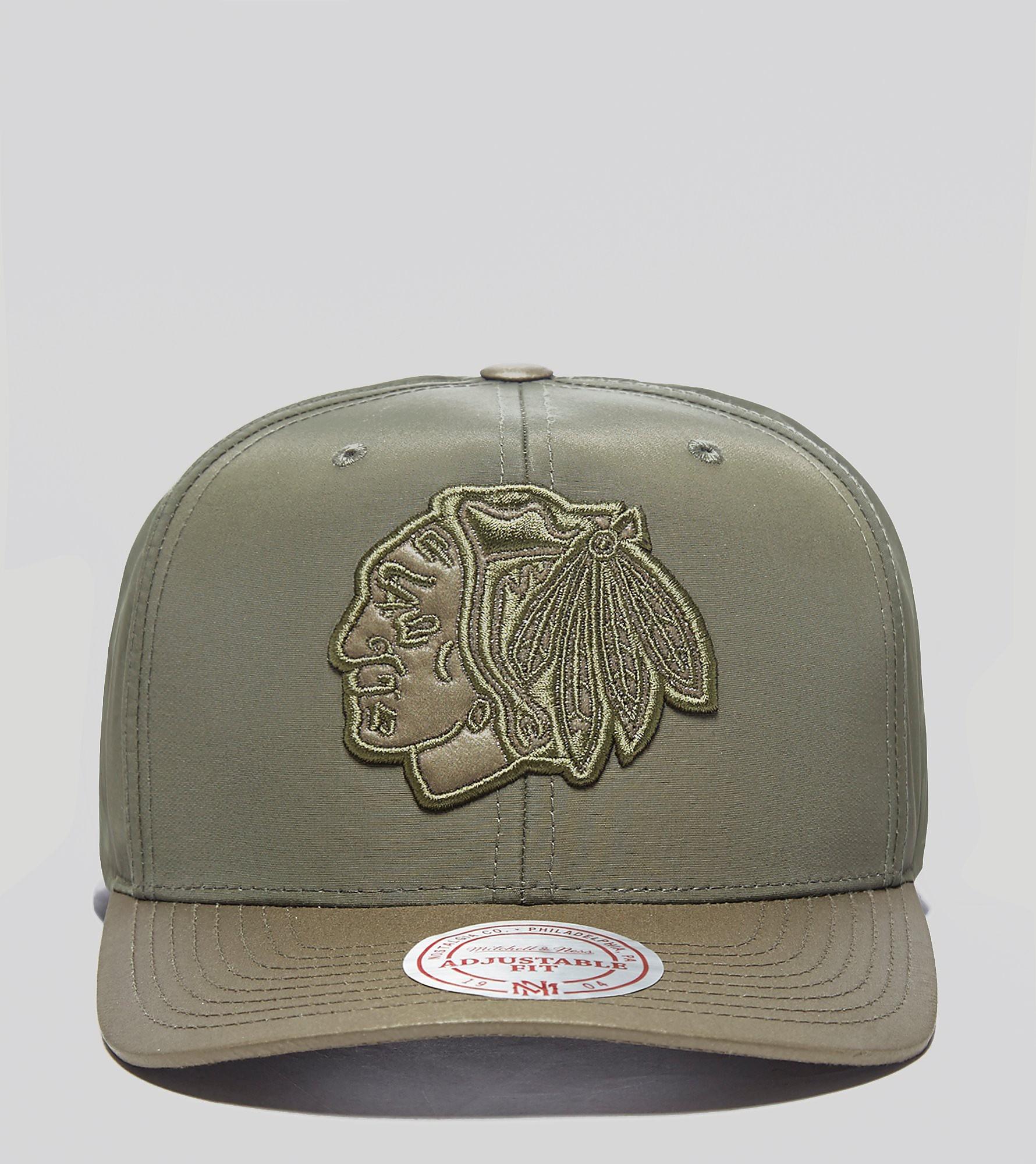 Mitchell & Ness Blackhawks Curved Peak Cap - size? Exclusive